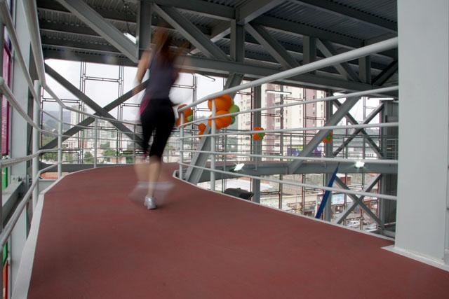 pista de correr cubierta dentro de un gimnasio
